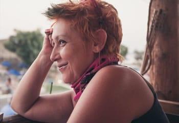 Χριστίνα Καράμπελα – «η πολυσχιδής» Η Χριστίνα είναι Managing partner της qed και ο άνθρωπος κλειδί της εταιρείας. Οξυδερκής και δυναμική, δημιουργική και μποέμ, η Χριστίνα είναι μια πολυσχιδής προσωπικότητα και ένα από τα πιο έμπειρα στελέχη στο χώρο της έρευνας αγοράς στην Ελλάδα.