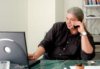 Νίκος Αθανασιάδης – «ο σκεπτικιστής» Στοχαστικός και με διεισδυτική ματιά, ο Νίκος είναι διευθύνων σύμβουλος και συνιδρυτής της qed. Με σχεδόν 30 χρόνια εμπειρίας στην έρευνα αγοράς και συμμετοχή σε περισσότερα από 3000 ερευνητικά έργα, ο Νίκος έχει αναπτύξει πολλές μεθοδολογικές κατασκευές που γεφυρώνουν τη θεωρία της ψυχολογίας με την έρευνα αγοράς.